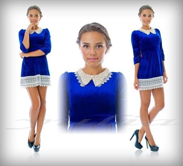 Синее платье с белым кружевным воротником